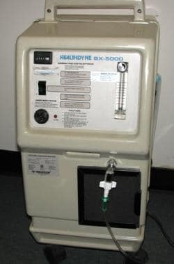 An oxygen concentrator provides a flow of up to 6
