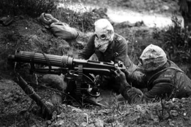 British machine-gunners in anti-phosgene masks, So