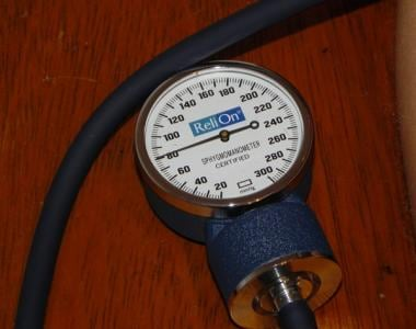 Aneroid sphygmomanometer at level of diastolic blo